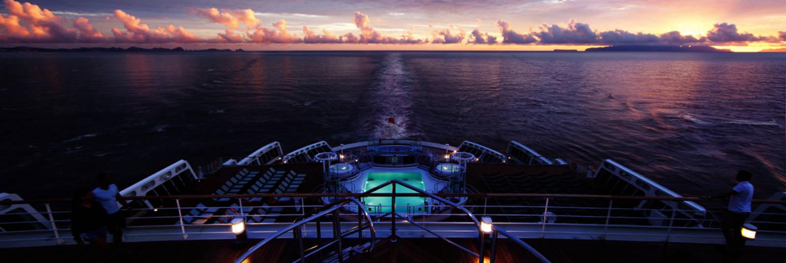 Homepage_large_queen_elizabeth_deck_at_sea